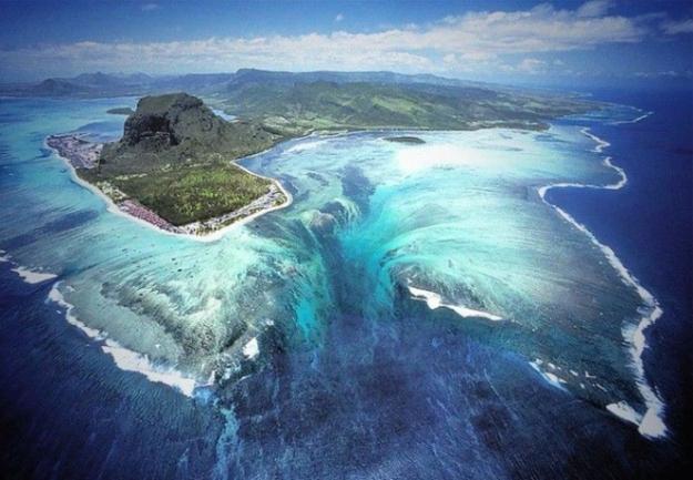 underwater_waterfall_in_mauritius