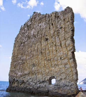 sail-rock-sandstone-monolith-parus-rock-black-sea-russia