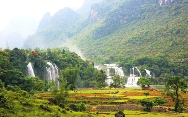 Ban Gioc–Detian Falls,The waterfalls are visited by many people from China and Vietnam every year, being a shared natural treasure.