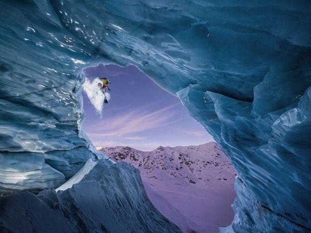 snowboarder-cave-austria_89912_990x742