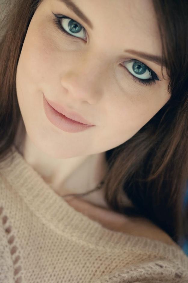 brunette-teen-with-neutral-lipstick